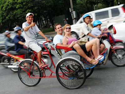Groepsreis Vietnam; Varen tussen karstrotsen als in een Chinese